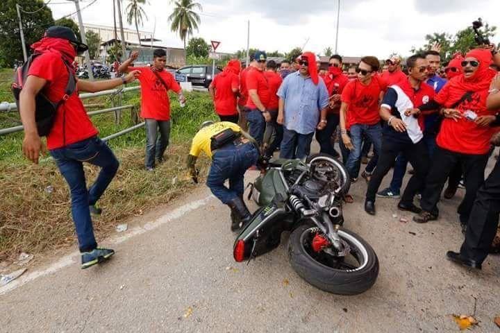 Ahli Baju Merah yang terajang ahli BERSIH itu bukan polis tapi penjaga stor di agensi kerajaan   Ahli Baju Merah yang terajang ahli BERSIH itu bukan polis tapi penjaga stor di agensi kerajaan   Dakwaan yang mengatakan bahawa seorang peserta konvoi Bersih 5 yang ditendang oleh ahli Baju Merah baru-baru ini merupakan anggota polis adalah tidak benar.  Ketua Polis Selangor Datuk Abdul Samah Mat menafikan perkara tersebut malah beliau memaklumkan bahawa lelaki terbabit merupakan seorang penjaga…