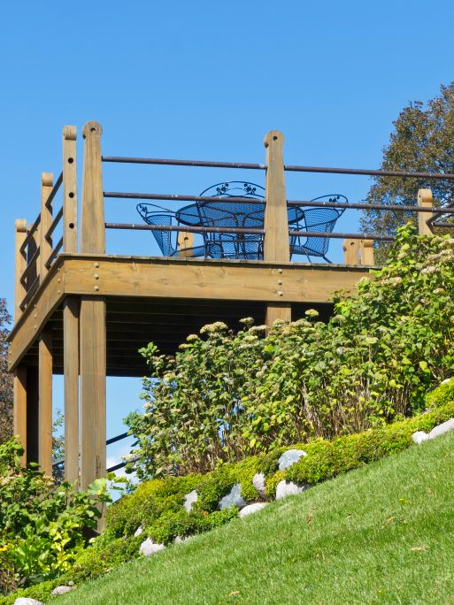 Sturdy+deck+built+on+steeply+sloping+hillside+with+wood+and+metal+railing