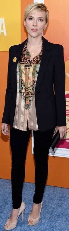 Who made  Scarlett Johansson's print shirt and black skinny jeans?