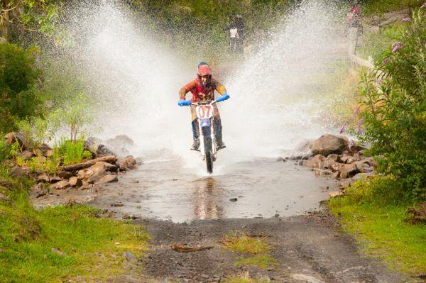 Enduro na Queda, trilha de moto em Urubici. Serra do estado de Santa Catarina, Brasil.  Fotografia: Marcus Zilli.