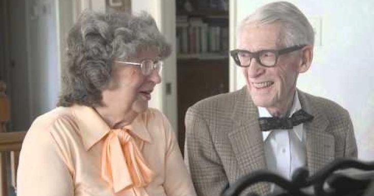 """Esta pareja cumplió 60 años de casados y quiso celebrar esta importante fecha de una peculiar manera. Interpretaron un dúo de piano del tema de Carl y Ellie de la banda sonora de la película animada de Disney-Pixar, """"Up"""".  Este adorable video muestra a los adultos de 80 años tocando la hermosa melodía de """"Married Life"""", que ha sido adoptada por las parejas, como símbolo de una relación duradera, ya que en """"Up"""", Carl y Ellie permanecen juntos desde su niñez hasta su vejez:"""