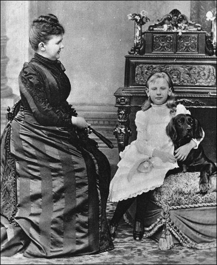 Emma en Wilhelmina, ca. 1890 met haar Ierse Setter Swell