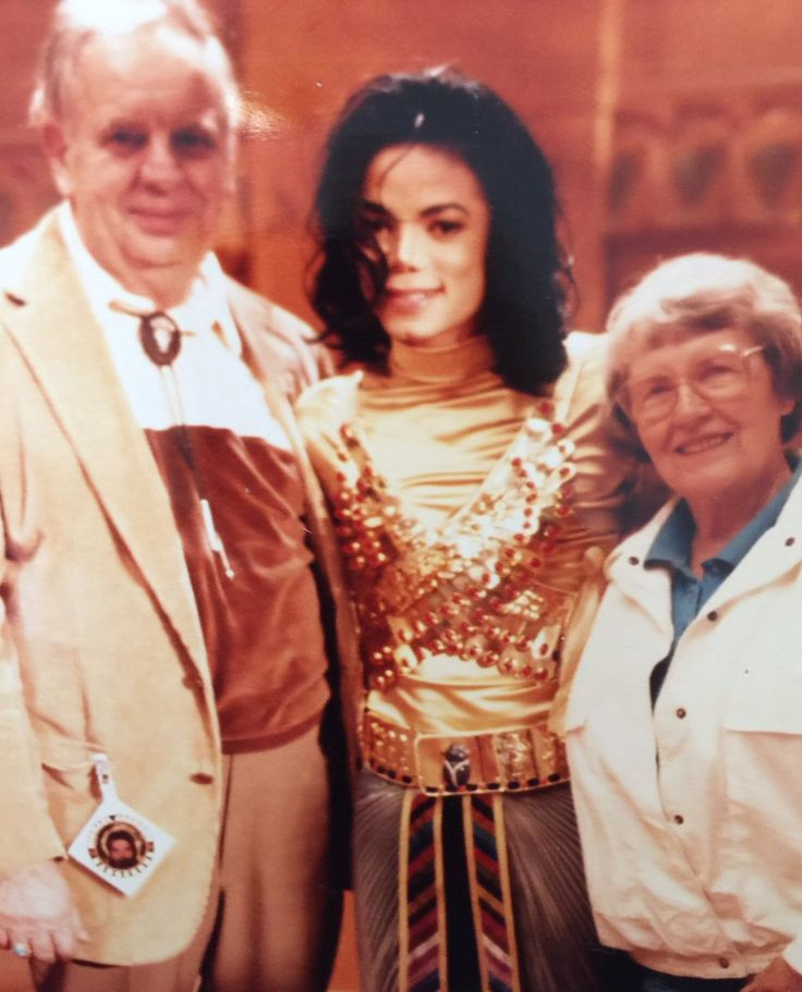 Michael Jackson, not sure who the other people are, i'm assuming fans lol.