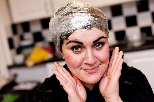 Stap 5: Bedek je hoofd met plastic folie (of een douchemuts) en wikkel daarom heen bijvoorbeeld nog een handdoek zodat alles lekker warm blijft. Voor een minder rood effect laat je je Caca-hoofdje aan de lucht drogen.