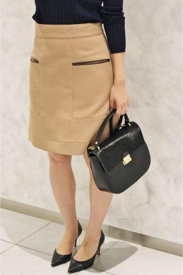 ミニマルAラインスカート  ミニマルAラインスカート 14040 2016AW LaTOTALITE Les jouurs heureux -幸せな日々- 2016AW La TOTALITEのテーマは エフォートレスミニマルといった削ぎ落としたムードが成熟しファッションの楽しさへ回帰しシェアするシーズン 充実した生活のささやかなエッセンスをテーマとして ポジティブで自由なムードにあふれた女性のリアルクローズを提案します 8月のテーマはChocolatショコラ スイートやビターとスタイルの幅を持たせクリーンミニマルなテイストで落ち着いた女性らしさを表現します 台形型がレトロなムードでは着こなせるスカート ポケット使いやステッチワークがアクセントになりシンプルに着こなすだけでもかわいい一枚です トレンドのブラウンカラーで一気に秋の着こなしにシフトアップしてくれます シンプルフィットのトップスはもちろんボリュームデザインのブラウスなどに組み合わせるのもおすすめです 同シリーズで素材違いもございます 品番16060140314030…