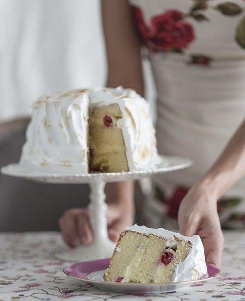 Questa è una torta per le grandi occasioni: morbida, ripiena di crema e decorata con una meringa fiammeggiata - davvero perfetta quando vuoi fare bella figura. Richiede un po' di tempo, ma non è difficile da fare. La versione originale ha i lamponi ma si possono utilizzare anche altri frutti morbidi.