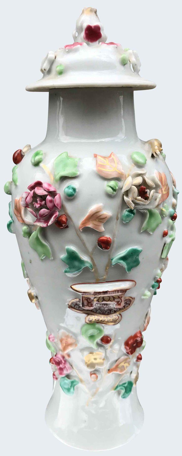 Vase à décor appliqué et peint dans les émaux de la famille rose en porcelaine de Chine d'époque Qianlong. Compagnie des Indes. Peint dans les émaux de la famille rose, à décor appliqué de fleurs et de fruits.
