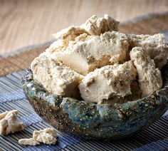 Halva ist eine Süßspeise, die zum größten Teil aus Sesamkörnern besteht. Wie genau das Dessert tatsächlich zubereitet wird, erfahrt Ihr in unserem Rezept.