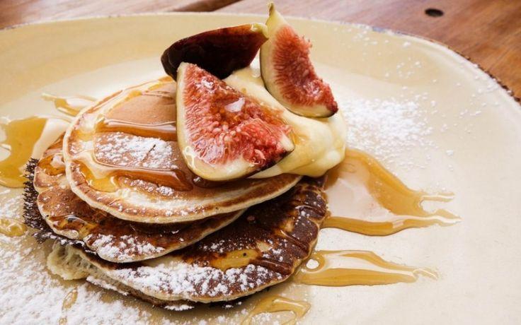 Pitta: flensjes met appel-vijgen-moes Hoewel zeer modern, is dit heerlijke ontbijt helemaal afgestemd op de Pitta dosha. Maar je begrijpt wanneer je gaat spelen met andere soorten fruit, kruiden of meelsoorten je dit recept ook kunt gaan gebruiken voor andere constituties. Experimenteer en varieer dus naar hartenlust!