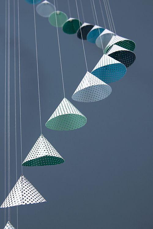DIY: Ein Mobile mit fliegenden Kegeln für Groß und Klein - aus Lochkarton - von…