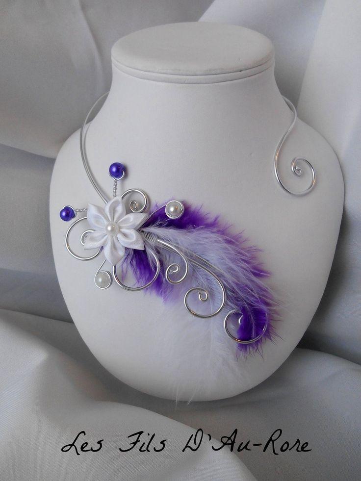 """Collier mariage """" ANORA """" fil aluminium argenté et fleur en satin blanche avec plumes violette et blanche"""