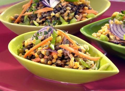 Ingredience: čočka červená 200 gramů, čočka zelená 200 gramů, cibule červená 1 kus, cibulová nať 2 kusy, mrkev 2 kusy, paprika zelená 1 kus (malá), šťáva citronová (z půlky citronu), olej olivový 2 lžíce, tymián 1 lžička ( čerstvý), sůl, pepř.