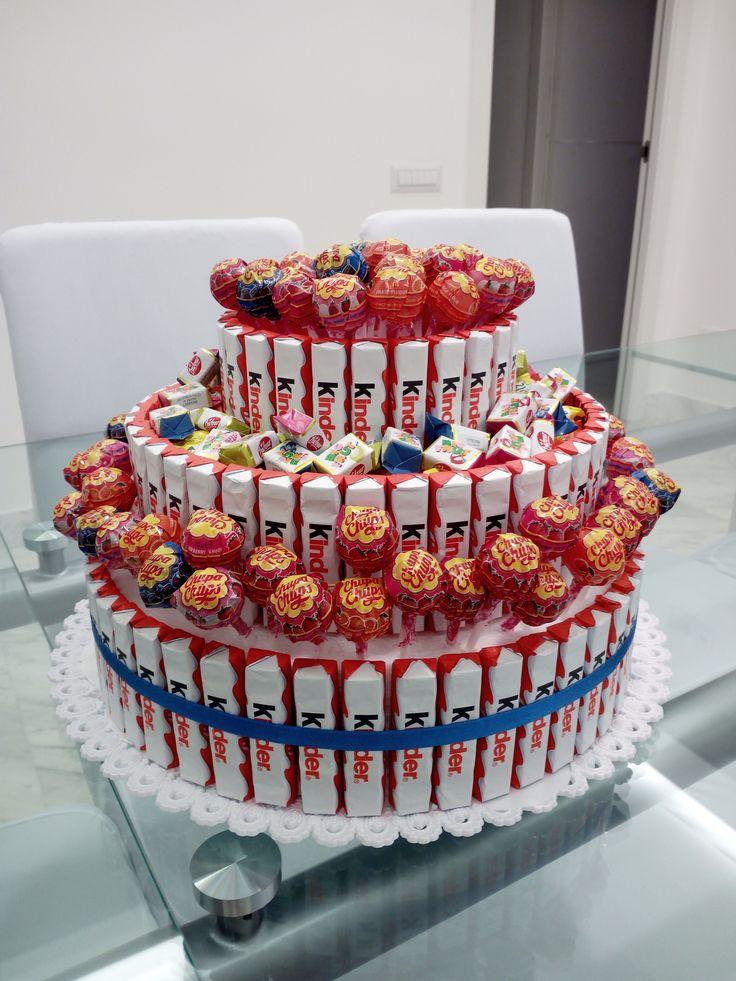Torta barrette kinder per festa bambini. Base di polistirolo, kinder applicati, chupa chups e caramelle a riempire