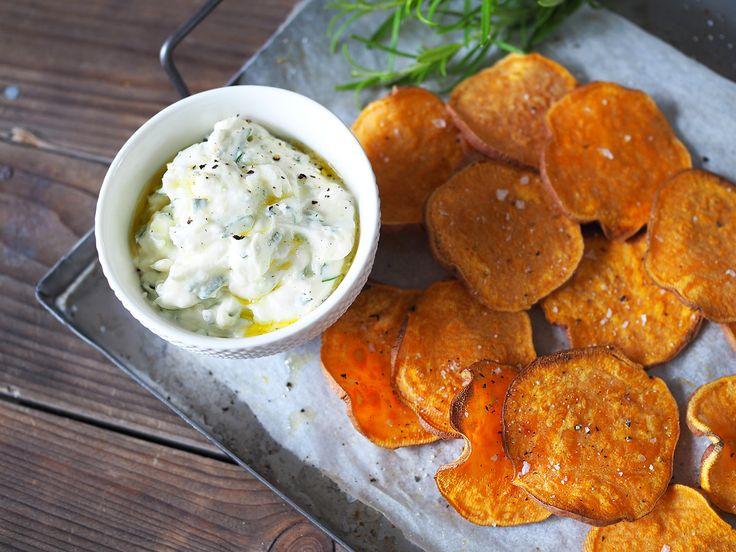 Har du testa att göra sötpotatischips? Det funkar både som tillbehör till middagen och som snacks. Servera med getostcreme med timjan.