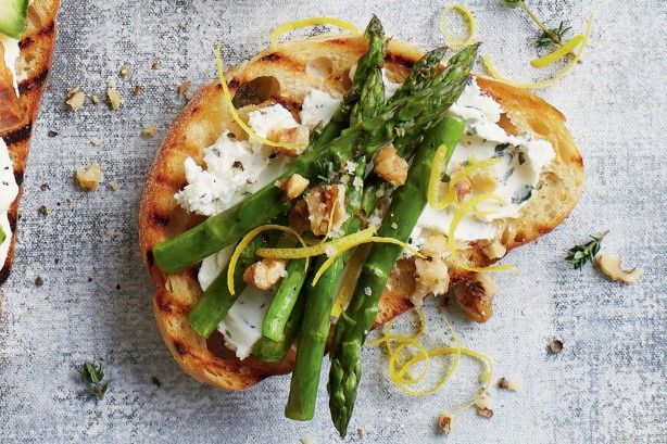 Goat's cheese and grilled asparagus bruschetta