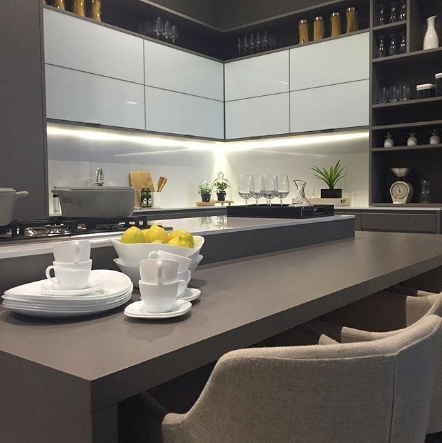 Mix do cinza e branco, com o toque do amarelo na cozinha. É a @designweekendsp apresentando muitas novidades e tendências. E eu, claro, vou compartilhando muitas inspirações por aqui e no hi.homeidea. Me acompanhem! Projeto Rocha Andrade Arquitetura Stand Boa Vista Planejados www.bloghomeidea.com.br #bloghomeidea #olioliteam #arquitetura #ambiente #archdesign #cozinha #kitchen #arquiteturadeinteriores #home #homedecor #pontodecor #lovedecor #homedesign #instadecor #interiordesign...