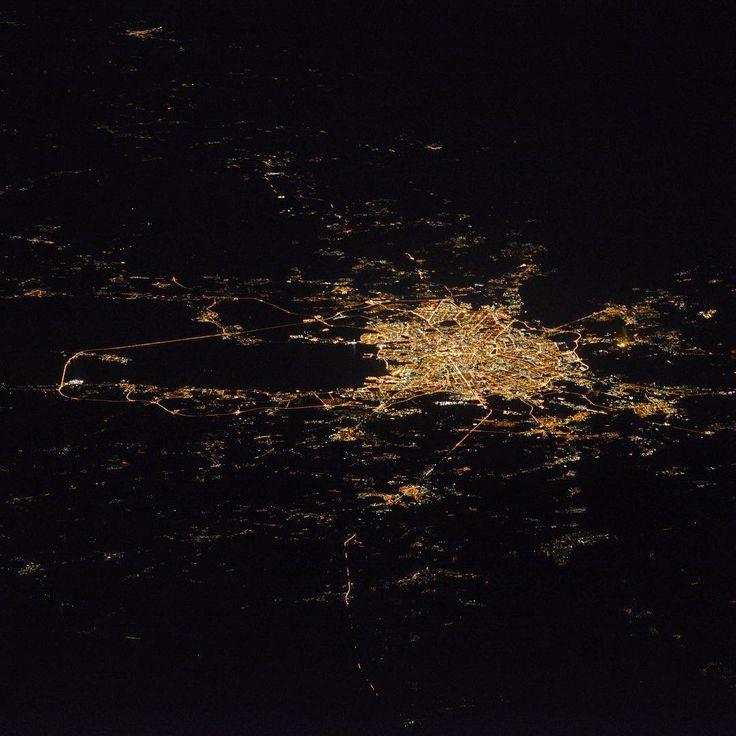 Roscosmos (@roscosmosofficial) в Instagram: «Космонавту Сергею Рыжикову удалось сделать по-настоящему редкий снимок - ночной Санкт-Петербург с…»