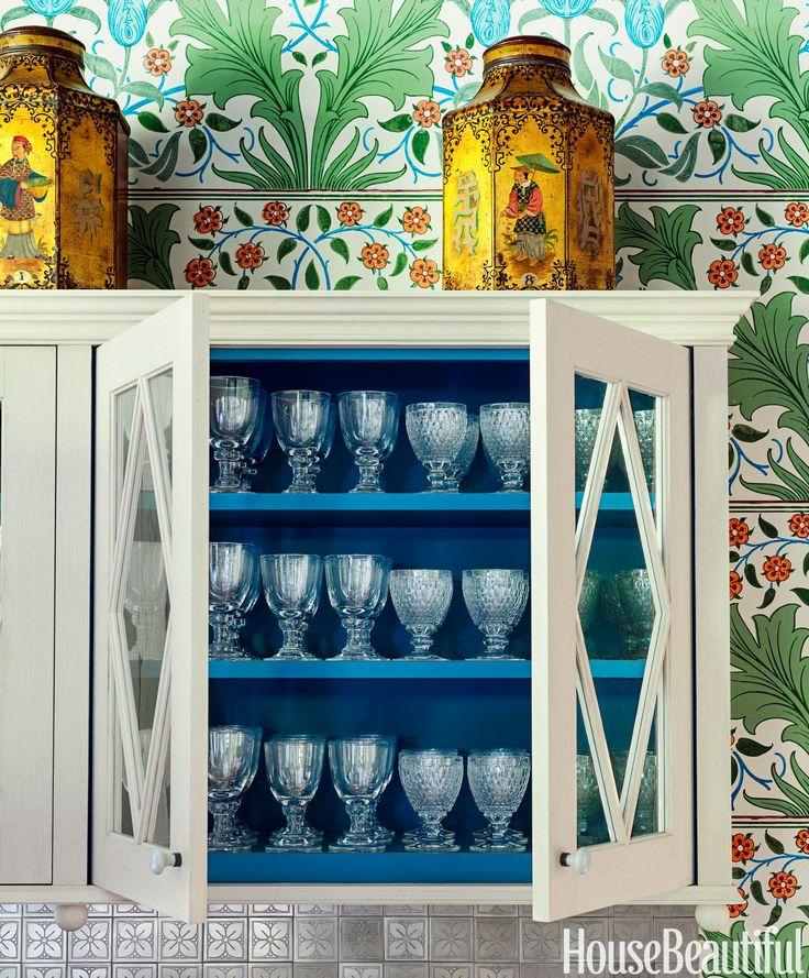 L'intérieur bleu profond est une belle surprise à l'intérieur des armoires supérieures peints de la couleur de la crème glacée à la vanille.