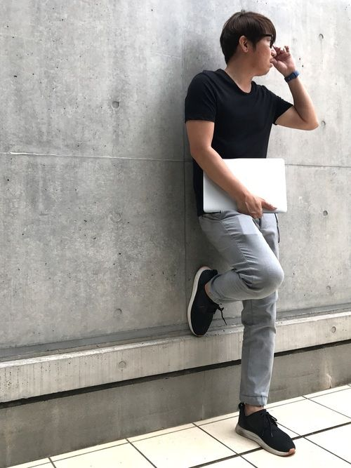 曇天模様のマンデー。    VネックTシャツ×ジョガーパンツのモノトーンコーデ。    颯爽と街を歩
