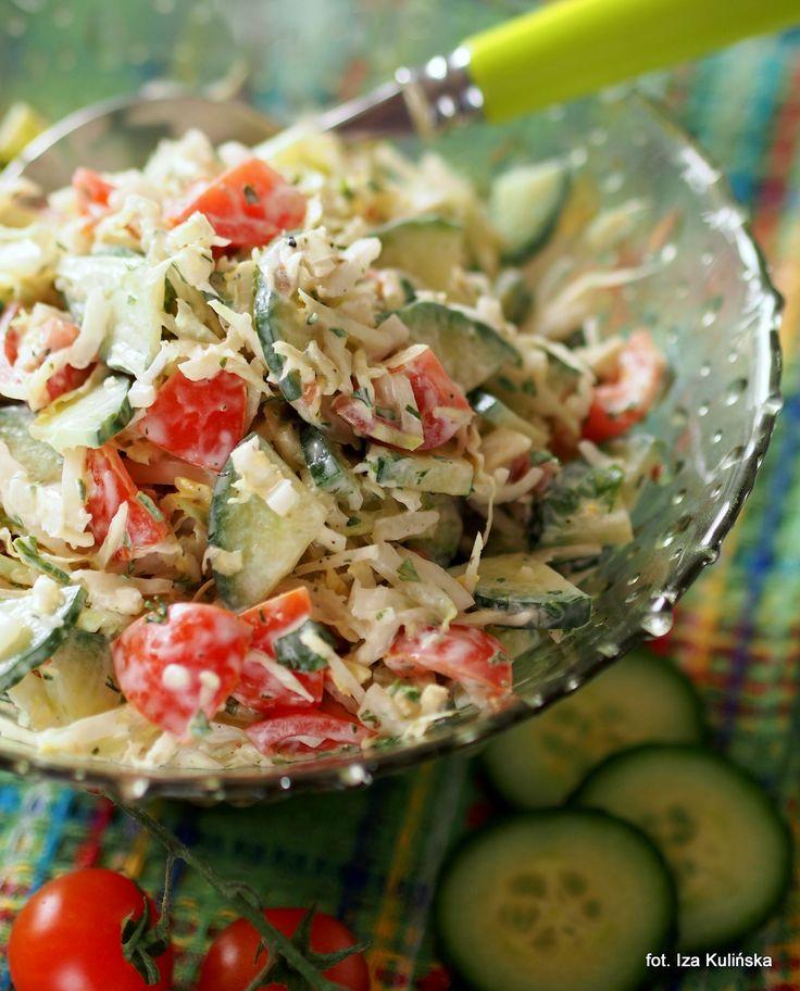 Smaczna Pyza: Surówka z kapusty pekińskiej z ogórkiem i pomidorkami
