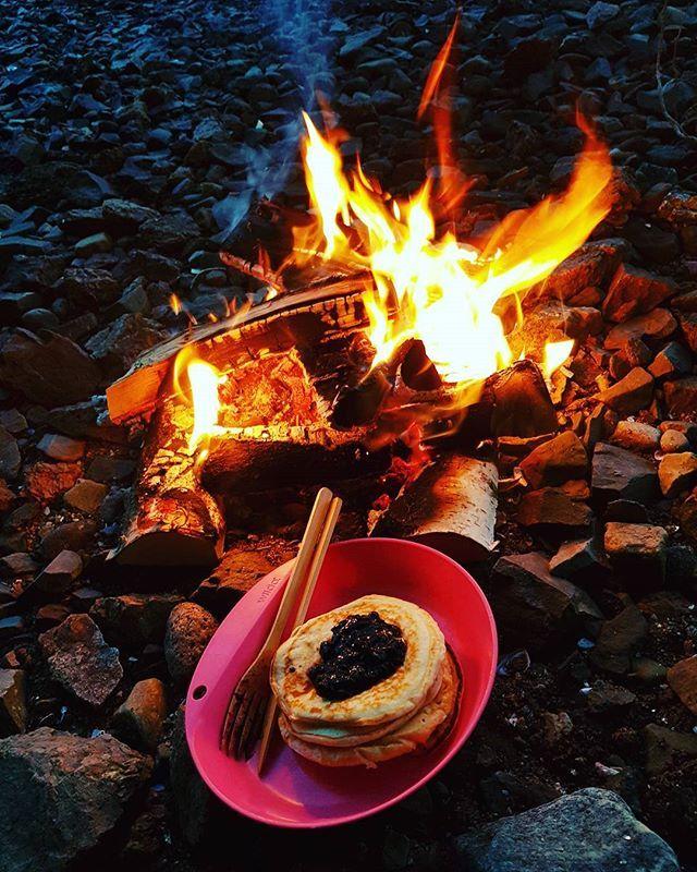 I går ble det sen lunsj ved sjøen. Egentlig skulle vi fiske sjøørret, men isen har begynt å legge seg litt. Så isflak var det eneste vi fikk, mens ørreten vaka inn ved land 😅🙊 Vi koste oss uansett, fisken får vente. 🐟🌲 #sjøørret #skittfiskeno #visitvestfold #melsomvik #pannekaker #bonfire #hektapaatur #ullplagg_no #visitnorway #bns_norway #mittlekeland #utno #reisegrossisten #aclima #jaktfiskeogfriluftsliv #inatur #tbno #sportsdeal #nortrip #fishing #liveterbestute #nrknatur #YRno…