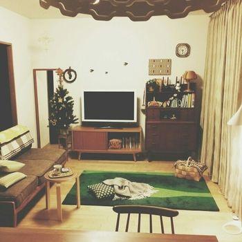 上の写真の全体像。 木のぬくもりを感じさせてくれるお部屋ですね。 柄が入っているラグやファブリックの鮮やかなグリーンが良いアクセントになっています。