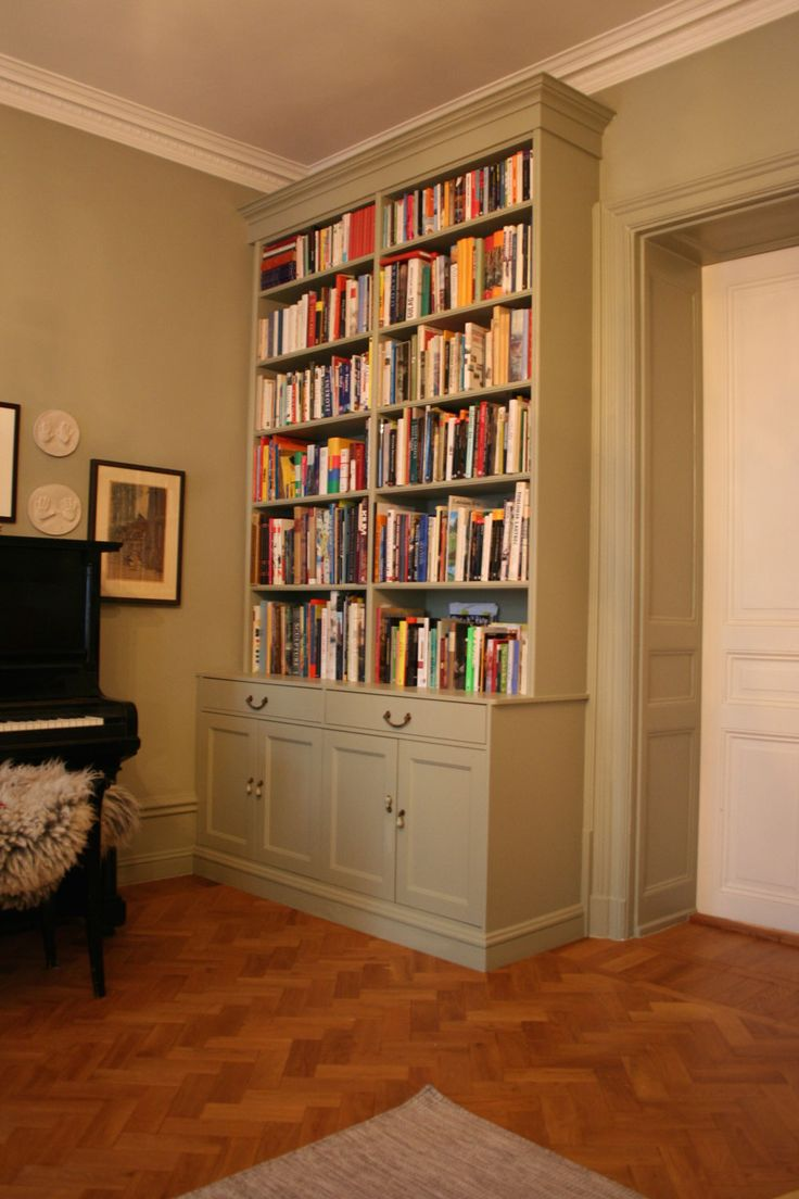 En annan variant av platsbyggd bokhylla som inte går över dörren. Rummet blir mindre och stuckaturen döljs.