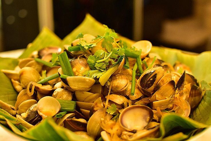 A huge plate of Lala to share with... #Lala #clams #whiteclam #homecooked #homefood #cookathome #sgfood #seafood #localfood #zichar #hawkerfood #streetfood #foodporn #instafood #instafood #photooffood #foodie #chinesefood #marketfood #laoniangirenenah by irene.nah