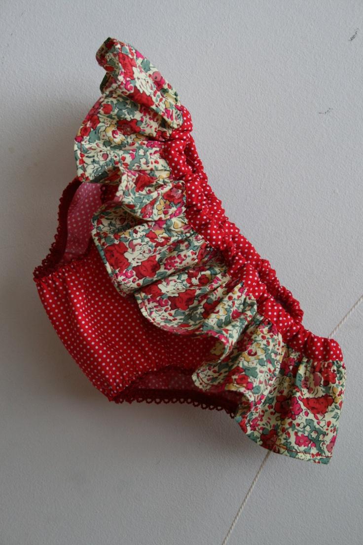 Bikini petite fille en coton rouge et Liberty Claire-Aude rouge. €29,00, via Etsy.