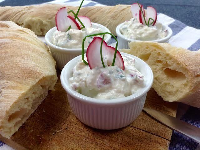 Úžasně jemnou a chutnou pomazánku s čerstvým sýrem a ředkvičkami můžete podávat s domácími bagetkami.