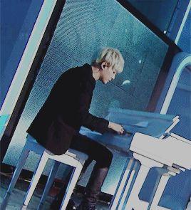 Amo verlo tocar el piano... lindo Suga <3