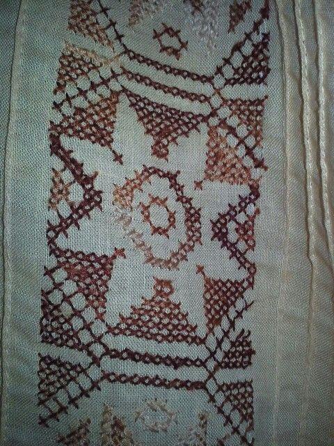 Detalle de marcado en tono chocolate, #camisilla #montuna para hombre; este tipo de labor se realiza únicamente bajo pedido. Enviamos a cualquier lugar, dentro y fuera de #Panamá. #Artesanías #Handcraft #Polleras #Bordado #PuntodeCruz #Embroidery