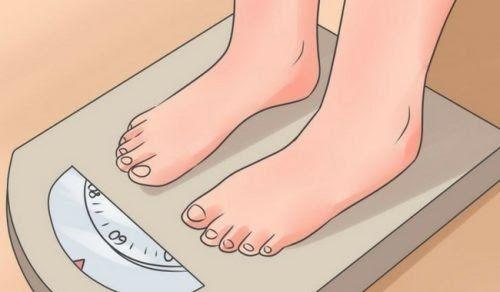 Ayak tırnağının bir köşesinin katlanıp deri altında büyüyerek kızarıklık ve iltihaba yol açmasıyla tırnak batması oluşur. Bu herhangi bir tırnakta olabilmekle beraber en sık baş parmakta görülür.