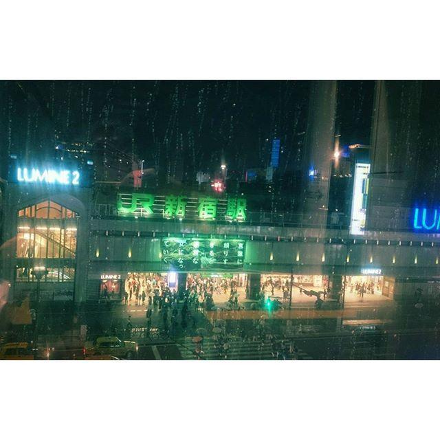 Instagram【tetsumaru_】さんの写真をピンしています。 《夜の雨🐤  #秋の長雨#雨垂れ#夜#夜景#ガラス越し#新宿駅#新宿#街角#街角スナップ#rain#raindrop#rainyday#rain#station#night#nightview#throughtheglass#umbrella#street#streetphotography#ig_street#ig_streetpeople#ig_japan#icu_japan#igers#igersjp#shinjuku》