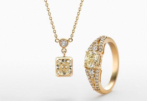 """Gioielli Tanaka  Il brand di Ginza Tanaka ha alle spalle una storia lunga 120 anni. L'azienda originaria """"Shimizu Shoten"""" fu fondata nel 1892 da un pioniere dell'industria dei metalli preziosi, il giapponese Kamekichi Yamazaki. Iniziò la sua attività come rivenditore di metalli preziosi a Asakusa, Tokyo. Kamekichi Yamazaki fu il primo a usare il sistema di misurazione da 18 Carati e 24 Carati per determinare la qualità dell'oro. Il brand Ginza Tanaka è associato alle creazioni in oro d"""