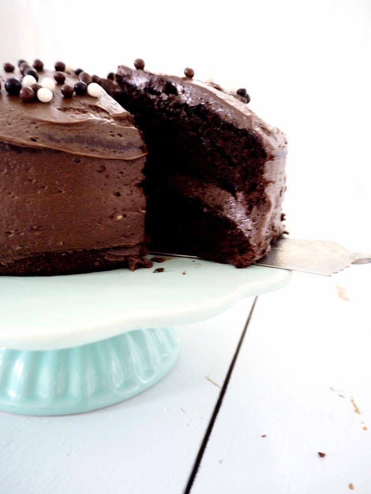 Fredagskagen er intet mindre end den berømte og berygtede black magic chokoladekage, som jeg ærlig talt tror må være verdens bedste chokoladekage. Den er så svampet, rig på chokoladesmag og helt perfekt til en chokoladekage elsker som mig. Kagen holder sig snildt lækker i flere dage....