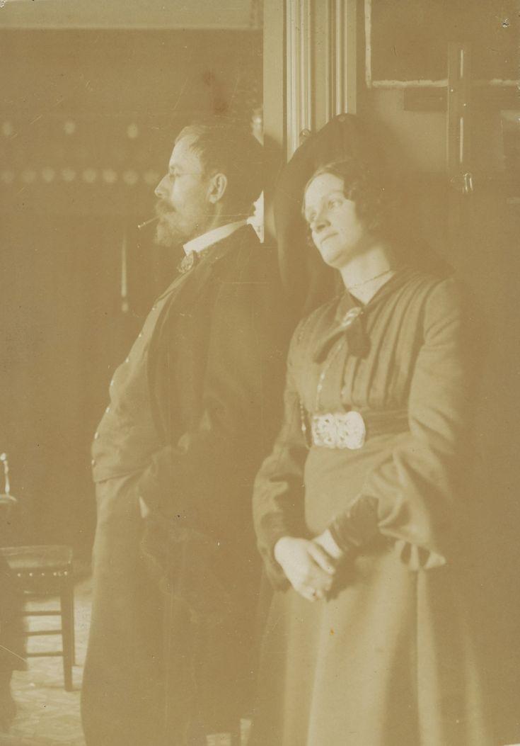 Gudmund og Karen Stenersen i døråpning.