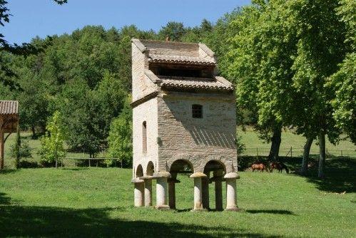 Pigeonnier en pied de mulet, avec caisse posée sur arcades, reposant sur 8 piliers à Saur, près de Brin de Cocagne - chambre d'hôtes écologique de charme dans le Tarn près d'Albi - Brin de Cocagne