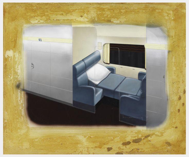 Купе с голубой кресло в откинутом положении, белые подушки, кремовые шторы.