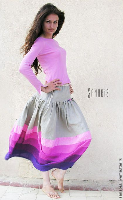 Светло-серая юбка. Льняная юбка. Основной цвет светло-серый.  Фиолетово-розовая палитра по низу юбки.     Силуэт юбки - кокон или сосуд (легкое сужение к низу). Благодаря этому юбка очень красиво выглядит в движении и кружении.