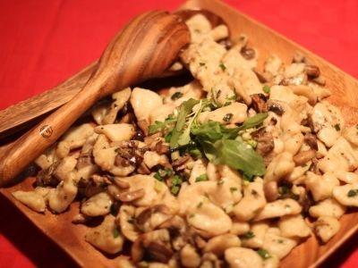 Paste de porumb cu ciuperci mixte     Ingrediente:  500 g paste din porumb    Pentru sos:  125 g ciuperci champignon proaspete inclusiv codițele spălate bine cu cât mai puțină apă și feliate  125 g ciuperci diverse (ghebe hribi pleurotus shiitake etc.) sau dacă alte ciuperci nu sunt disponibile doar champignon  2 fire ceapă verde tăiate rondele  1 lingură ulei de măsline  un vârf de cuțit cimbru uscat  un vârf de cuțit rozmarin uscat  sare  piper proaspăt măcinat  frunze de rucola sau…