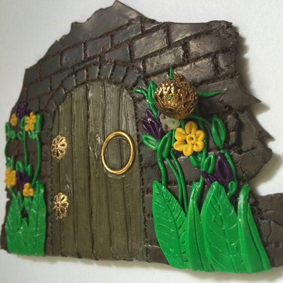 Dit is een een van een soort polymeer klei decoratie voor beide de tuin of in uw huis als kunst aan de muur. Dit is gebaseerd op een tutorial door Cindy Leitz uit polymeer klei Tutor. Het is volledig hand gebeeldhouwd met behulp van geen mallen om ervoor te zorgen dat dit echt één van een soort. De bakstenen muur is schaduwrijk en gekleurd met krijtjes en de deur is gekleurd met krijt te lijken op een zware houten deur. De deur is dan beschilderd met een medium van de acryllic vermengd met…