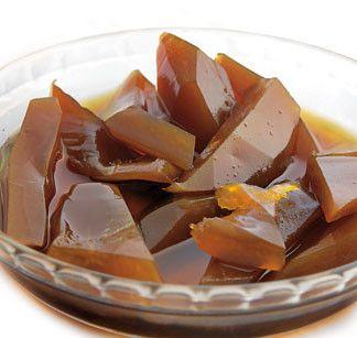 Dulce de Lechoza Ingredientes: Para cocinar la lechosa: 1 lechosa verde de dos kilos y medio aproximadamente 3 litros de agua 1/2 cucharada de bicarbonato Para el almíbar: 12 tazas de papelon rallado 5 tazas de azúcar 8 clavos de especia 3 1/2 litros...