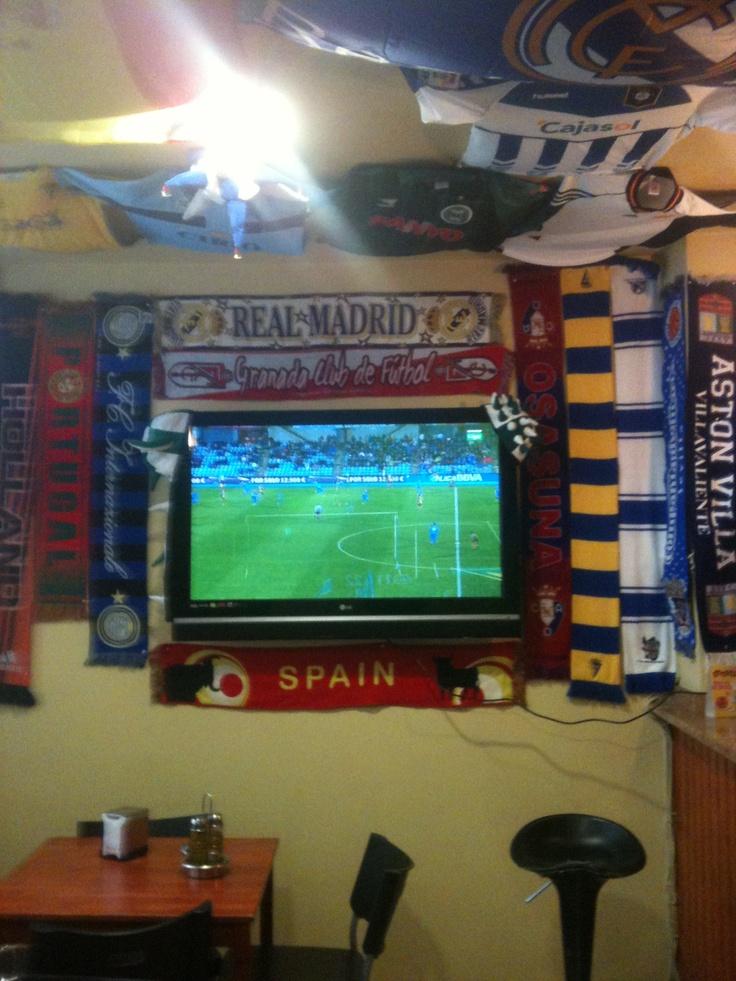 Gran pantalla para ver el fútbol, con decoración deportiva traída por los cliented