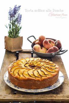 Un dolce semplice che non contiene glutine e burro, molto soffice e profumato per la presenza dello yogurt e della farina di mandorle.