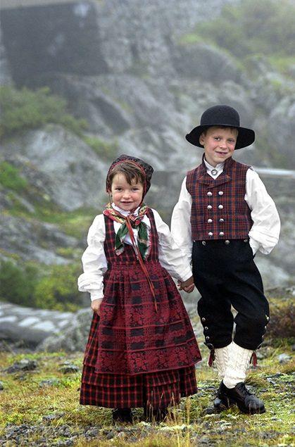 Children from Valdres (The little girl is wearing the Ruttastak fra Valdress bunad.)