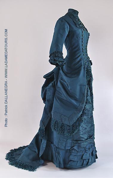 """""""L'esprit du Tout Paris"""" https://www.facebook.com/lesenquetesdephilipblake/ """"[...] Il déboula devant Sophie,elle était splendide dans sa robe d'étoffe bleu profond, [...] Robe de visite, vers 1880, brocart de soie et franges de soie. Visiting dress circa 1880, silk brocade and silk fringe."""