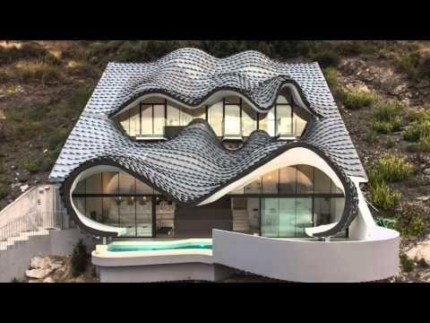 Projetada por Gil Bartolomé Architects, essa residência carrega referências à arquitetura de Gaudí e às moradas dos hobbits.