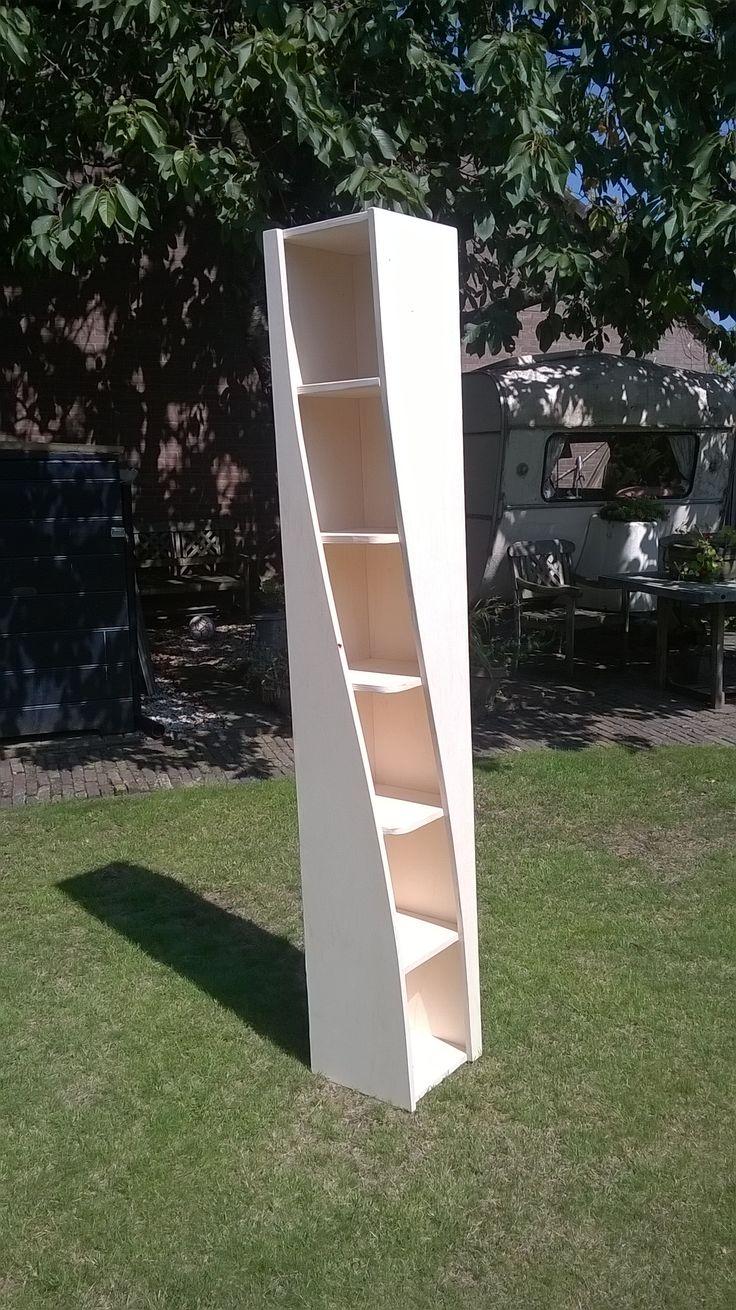 Leuke hoekkast met een twist. Gemaakt van populieren multiplex. Afmetingen: 180x30x30 cm.                                                   Twisted corner closet made of plywood. Size: 180x30x30 cm.         € 150      Wim_miltenburg@hotmail.com