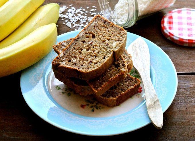 Det her bananbrød er uden smør og sukker, men det opdager man faktisk ikke. For kokosmælken gør brødet dejligt svampet og bananen gør brødet sødt.